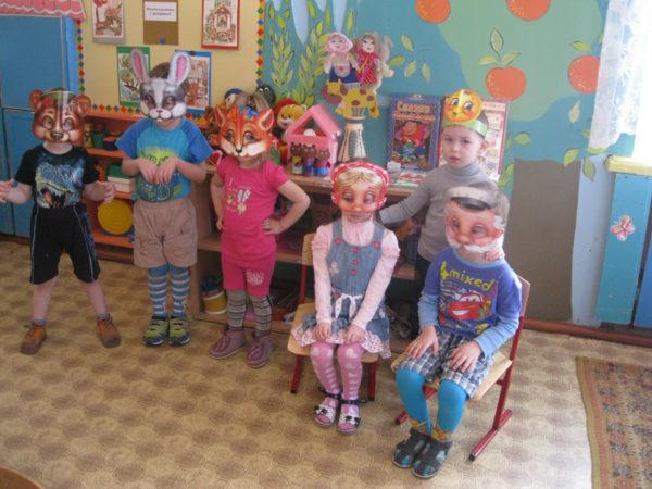 Дети в масках сказочных персонажей
