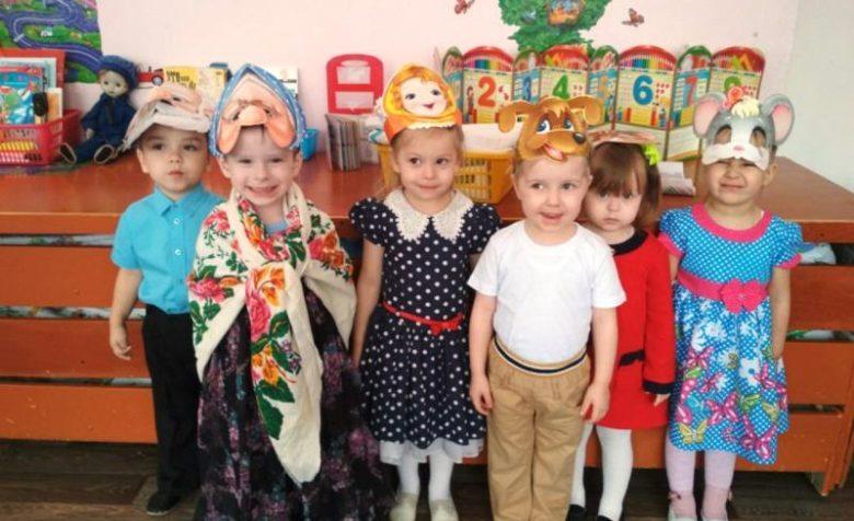 Дети в масках и мальчик в костюме
