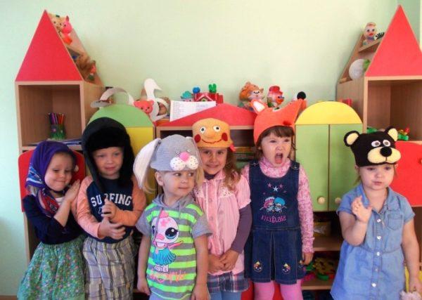 Дети в шапочках с мордочками животных