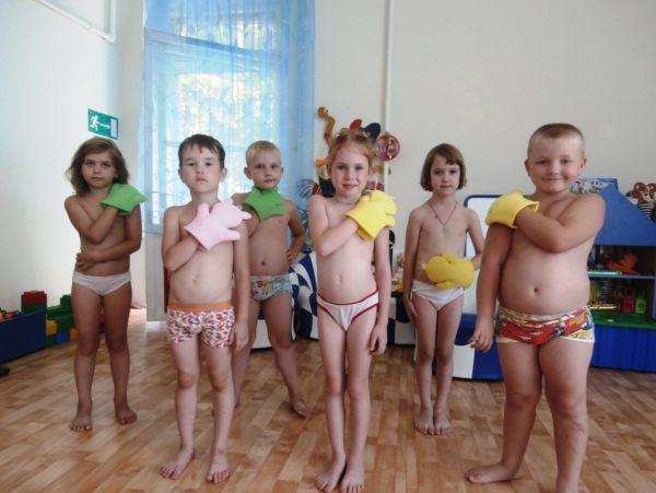 Дети в трусиках растирают себя мочалками