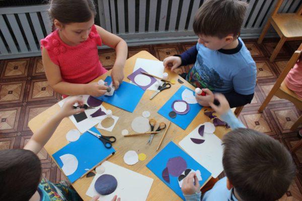 Дети выполняют аппликации из цветной бумаги