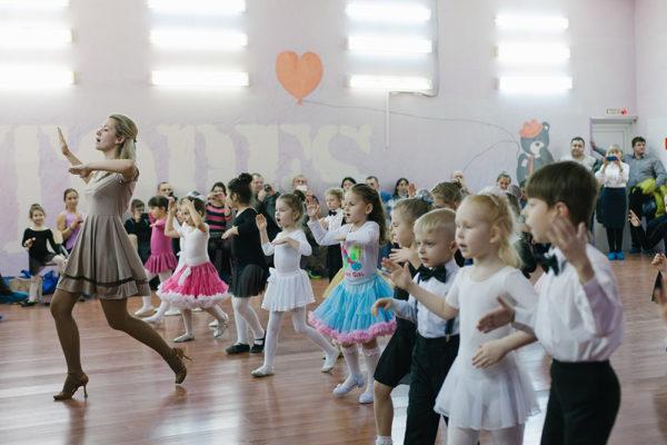 Дети выполняют движения вместе с хореографом