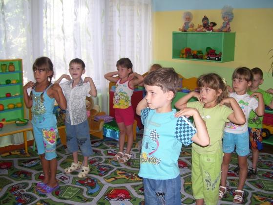 Дети выполняют разминку
