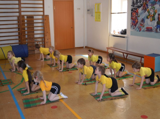 Дети выполняют упражнение на ковриках