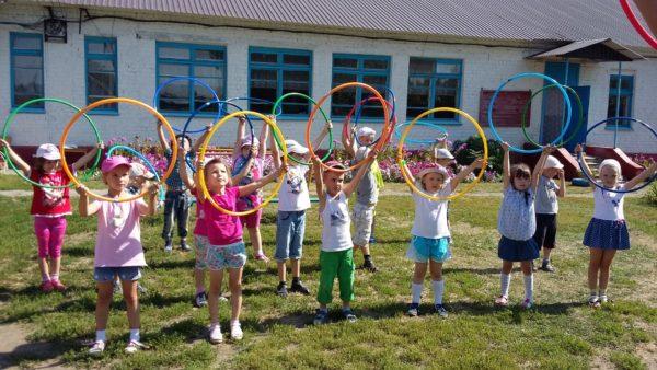 Дети выполняют упражнение с обручами
