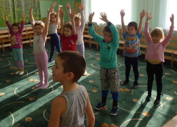 Дети выполняют упражнение с поднятыми руками