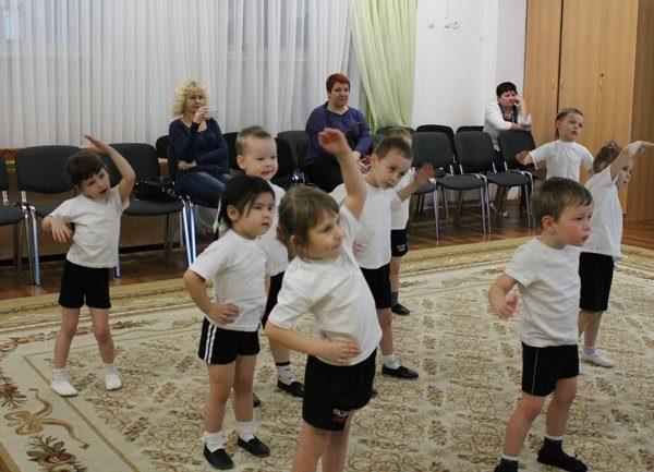 Дети выполняют упражнение в спортивном зале