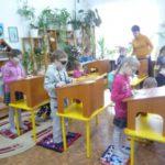 Дети работают за конторками
