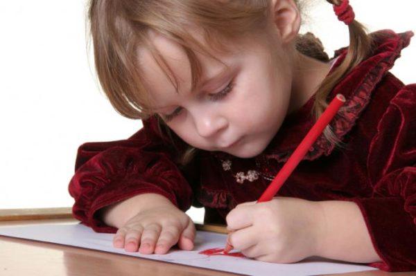 Девочка рисует фломастером