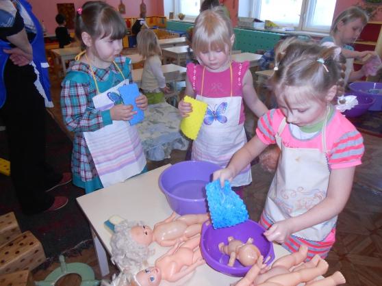 Девочки купают кукол
