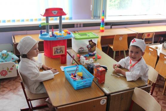 Двое детей играют в больницу