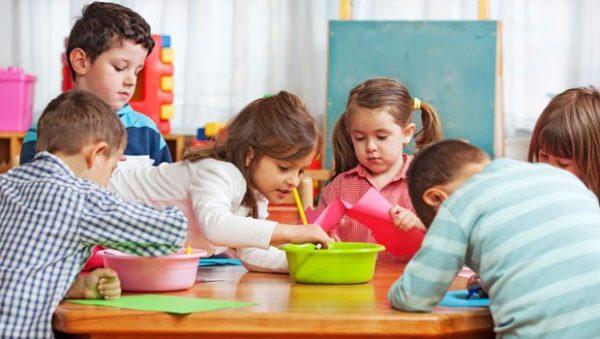 Группа детей рисует