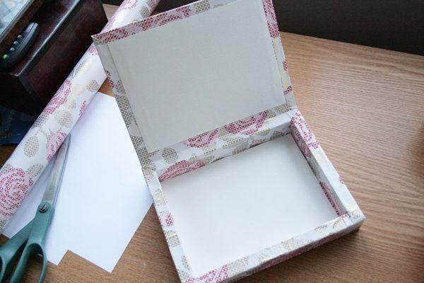 Коробка из-под конфет, обклеенная бумагой
