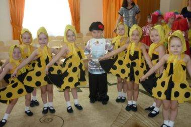 Мальчик и девочки в народных костюмах
