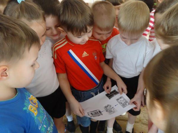 Мальчики читают карту