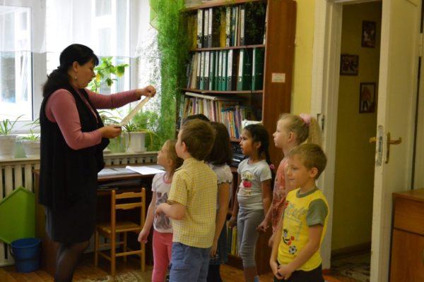 Педагог читает детям письмо