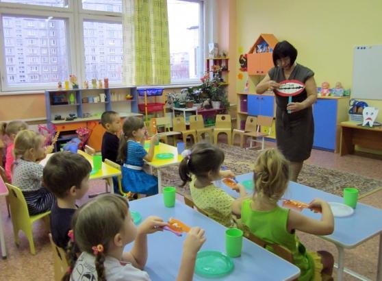 Педагог показывает детям, как нужно чистить зубы