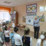 Педагог показывает детям сенсорный крест