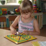 ребенок играет с геоконтом
