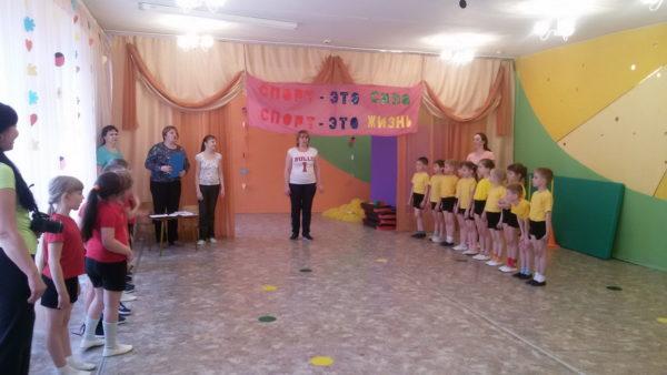 Судьи обращаются с речью к детям, стоящим в зале