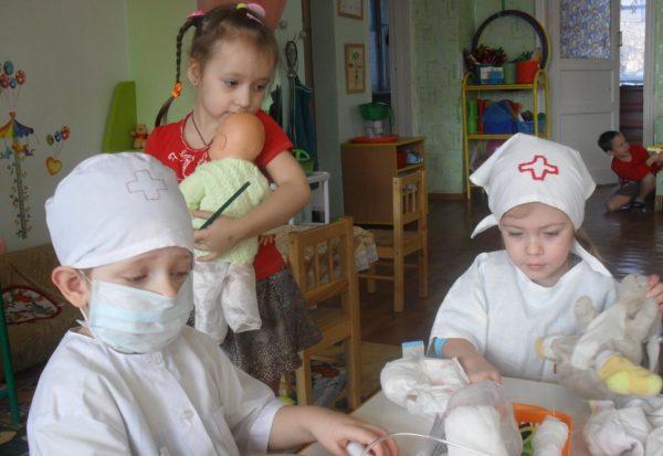 Трое детей играют в поликлинику