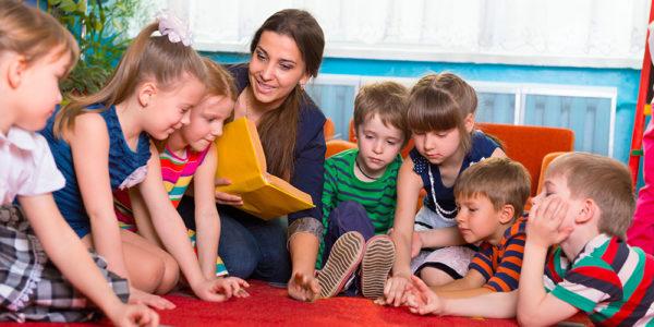 воспитатель читает детям книгу