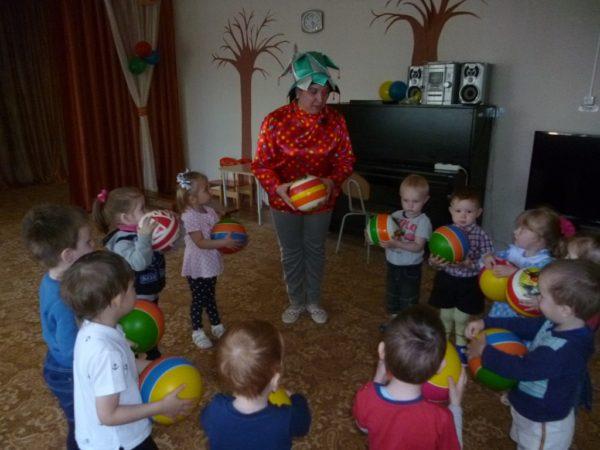 Воспитатель в костюме и дети с мячами