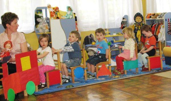 Воспитательница и дети на игрушечном поезде