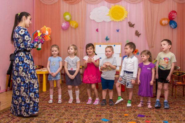 Педагог с игрушкой на руке беседует с детьми