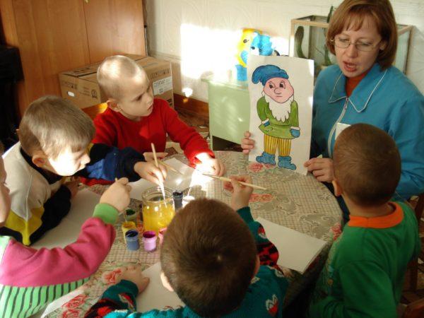 Педагог показывает картинку с гномом, дети рисуют