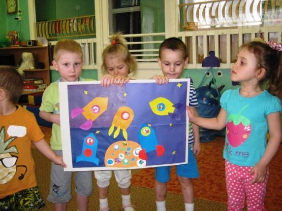 Дети держат плакат с аппликацией на космическую тему