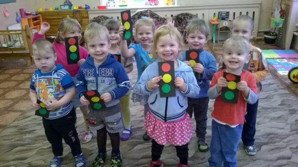 Дети держат поделки в виде светофоров