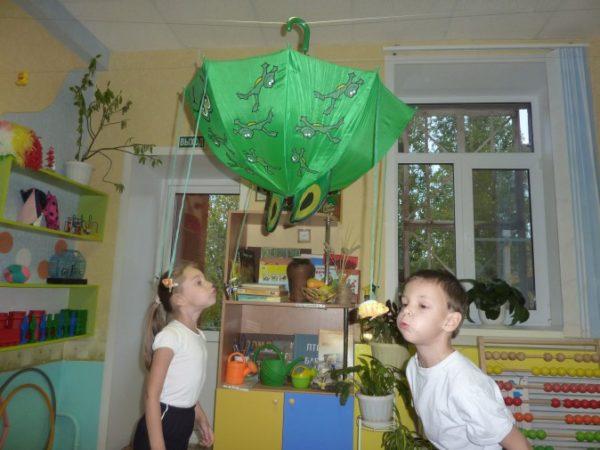Дети дуют на фигурки дыхательного тренажёра