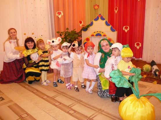 Дети младшей группы со взрослыми в постановке сказки Репка