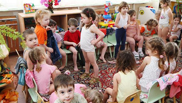 Группа детей переодевается
