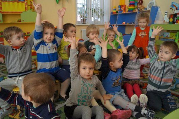 Дети поднимают руки, чтобы отвечать
