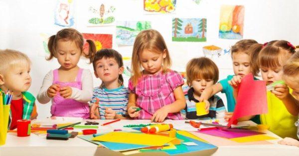 Дети с материалами для творчества: цветной бумагой, пластилином