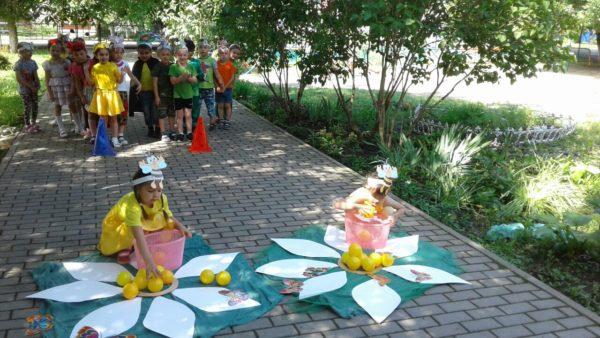 Дети сидят в ромашках на улице