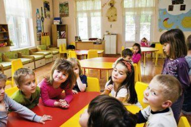 Дети сидят за жёлтыми столами