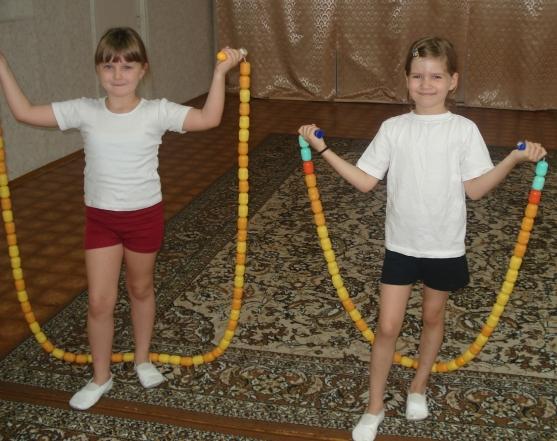 Дети со скакалками, сделанными из киндер-сюрпризов