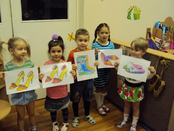 Дети стоят с рисунками видов обуви