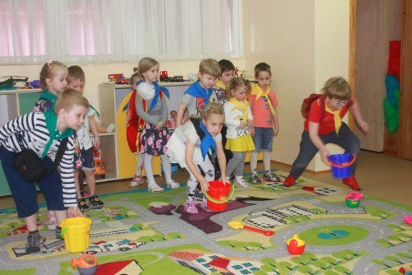 Дети участвуют в эстафете с ведёрками