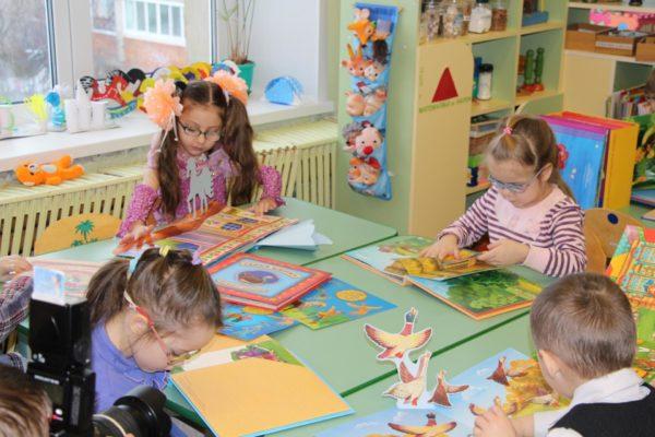Дети в очках изучают книжки