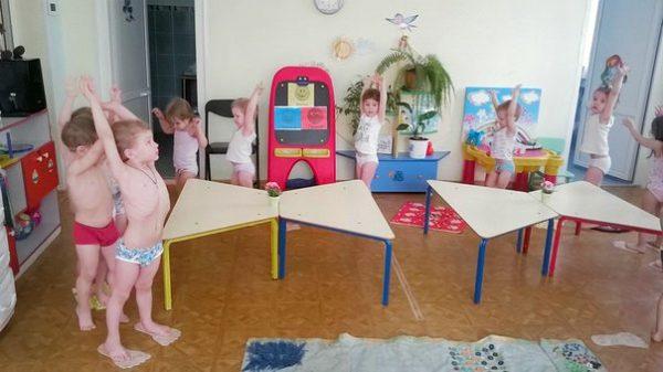 Дети выполняют гимнастику пробуждения
