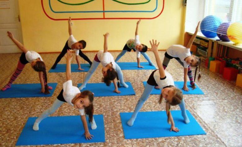 Дети выполняют упражнения на синих ковриках