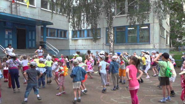 Дети занимаются на улице