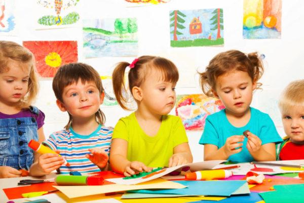 Дети занимаются выполнением аппликации за столом