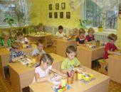 Дошкольники рисуют, сидя за партами