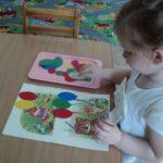 Девочка играет в «Разноцветные шарики»