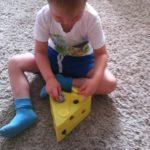 Ребёнок играет в «Мышки и сыр»